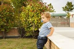 Fulla den gulliga skottståenden behandla som ett barn pojken med fredsmäklaren Fotografering för Bildbyråer