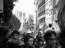 Fulla gator med den politiska marschen för protesterare under Nat franska Arkivfoton