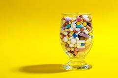 fulla glass pills Arkivbild