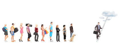 Fulla längdstående av folk som väntar i en linje och en affär Royaltyfri Fotografi