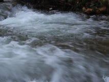 Fulla Luda Mara River 2 nära Petrich, Vizdul grannskap efter tungt snöfall arkivfilmer