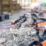 Fulla påsar för konstruktionsavfallsskräp arkivfoto