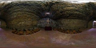 Fulla sömlösa 360 grader metar siktspanorama inom underjordisk grotta i kyrkan med ett kors på en forntida tegelstenvägg in royaltyfria bilder