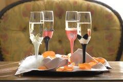 Fulla skämtsamma utsmyckade champagneflöjter royaltyfri bild