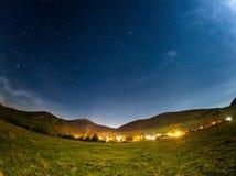 fulla skystjärnor Härlig sommarnatt Arkivbild