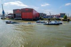 Fullastat inlands- skepp Last i stora partier från havssändnings som transporteras av inlands- sändnings över floden in mot inlan arkivfoton