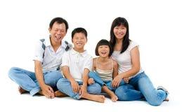 Fullbody glückliche asiatische Familie Lizenzfreies Stockfoto