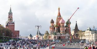 Fullföljande av den odödliga regementeprocessionen i Victory Day - tusentals folk som marscherar från den röda fyrkanten och Krem Arkivbilder