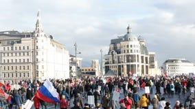 Fullföljande av den odödliga regementeprocessionen i Victory Day - tusentals folk som marscherar på bron arkivfilmer