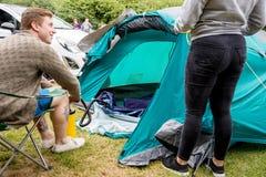 Fullföljande av tältet i en campa tur arkivfoto