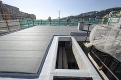 Fullföljande av taket av en byggnad Arkivfoton