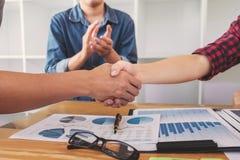 Fullföljande upp av ett möte, handskakning av två lyckliga affärspersoner a royaltyfri fotografi