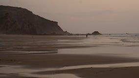FullHDvideo van een visser van Costa Vicentina, Portugal Praia do Amado stock footage