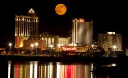 Fullmåne över Atlantic City Arkivbilder