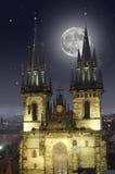 Fullmåne över den gamla stadfyrkanten i Prague Royaltyfria Bilder