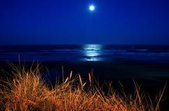 Fullmåne över den Newport stranden Royaltyfri Foto