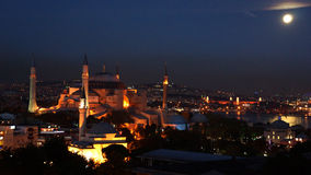 Fullmåne över Istanbul Arkivbild