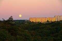 Fullmåne över stad Royaltyfri Foto