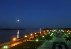 Fullmåne över Volgaet River Sommarnatt på pilen av Yar royaltyfria bilder