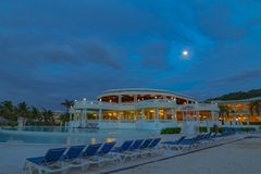Fullmåne i en blå himmel över den storslagna Palladiumsemesterorten Jamaica västra Indies fotografering för bildbyråer