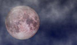 Fullmåne i Juni på stjärnklar himmel med molnbakgrund Arkivfoton