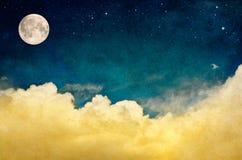 Fullmåne och Cloudscape Arkivfoton