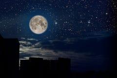 Fullmåne och himmel Arkivfoto