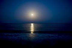 Fullmåne och månsken på Blacket Sea Arkivbilder