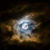 Fullmåne och moln. arkivfoto
