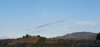 Fullmåne och vinge format moln Royaltyfria Foton