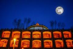 Fullmåne på blå himmel på det berömda tornet i Porto, Portugal royaltyfri bild