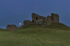 Fullmåne på den Duffus slotten Arkivbilder