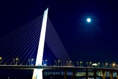 Fullmåne på den Shenzhen fjärdbron Arkivfoto