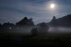 Fullmåne på förorten av byn Royaltyfria Bilder
