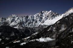 Fullmåne på Recoaro berg Arkivbilder