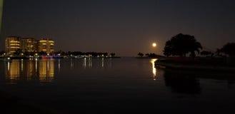 Fullmåne på vattnet royaltyfri foto