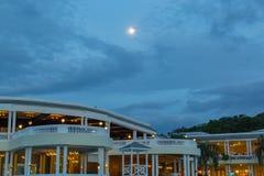 Fullmåne som sett över den blåa lagun på storslagen Palladium på natten royaltyfri bild