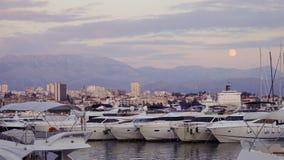 Fullmåne som stiger över bergen och hamnen i splittring, Kroatien royaltyfria foton