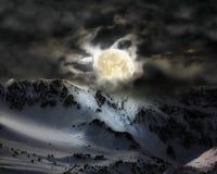 Fullmånen i himlen över bergsnömaximumet Royaltyfri Fotografi