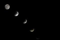 Fullmånenolla en mörk himmel arkivbild