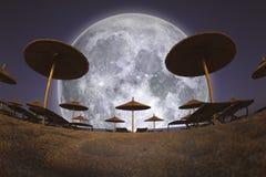 Fullmåne- och strandparaplyer Arkivbild