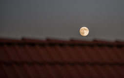 Fullmoon over roof Royalty Free Stock Photography