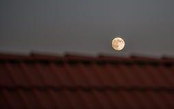 Fullmoon sobre o telhado Fotografia de Stock Royalty Free