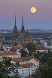 Fullmoon sube sobre catedral majestuosa Imagen de archivo