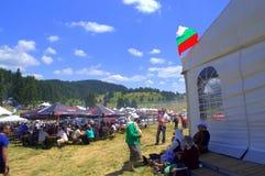 Fullsatt äng för Rozhen mässa, Bulgarien Arkivbild