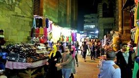 Fullsatt aftonmarknad på AL-Muizzgatan i Kairo stock video