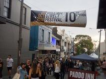 Fullsatt folk i den årliga händelsen av den William Street festivalen på Paddington, New South Wales arkivbild