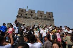 Fullsatt folk på den stora kinesiska väggen Fotografering för Bildbyråer