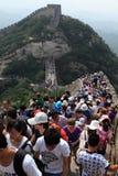 Fullsatt folk på den stora kinesiska väggen Royaltyfri Fotografi