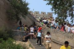 Fullsatt folk på den stora kinesiska väggen Arkivfoton